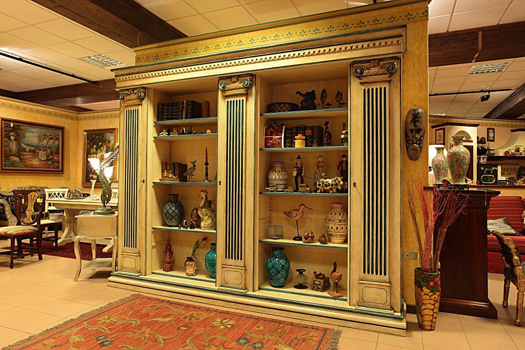 Credenza in legno con capitelli, laccata e decorata a pennello.