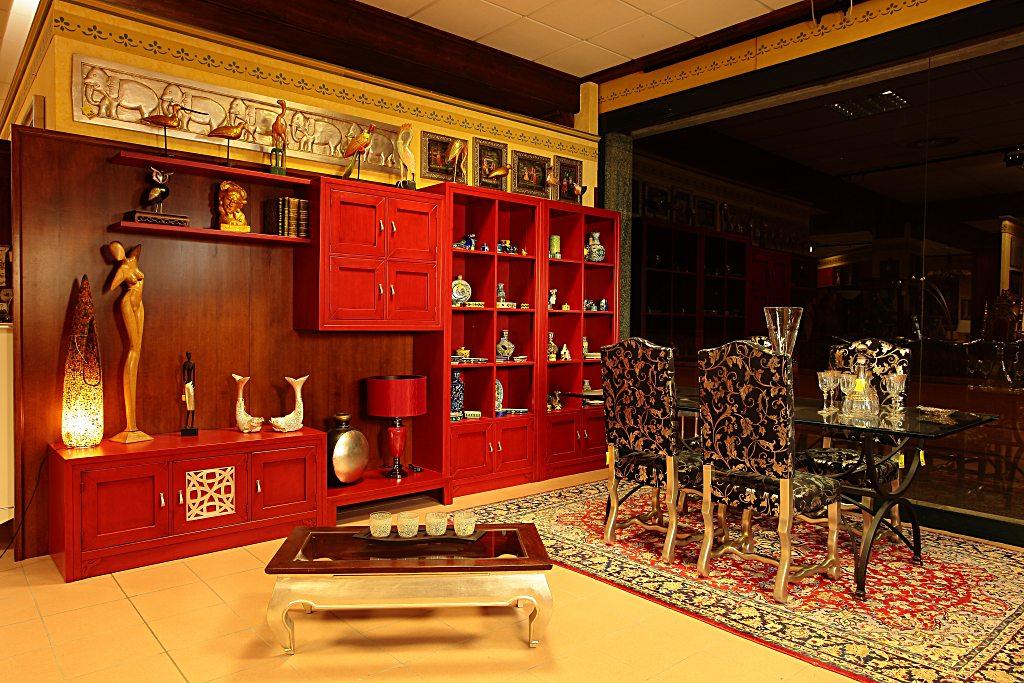 Libreria in legno componibile, laccata rossa con rifinitura intarsio argento