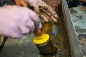 Stendiamo la tintura fatta con mallo di noce che serve a colorare