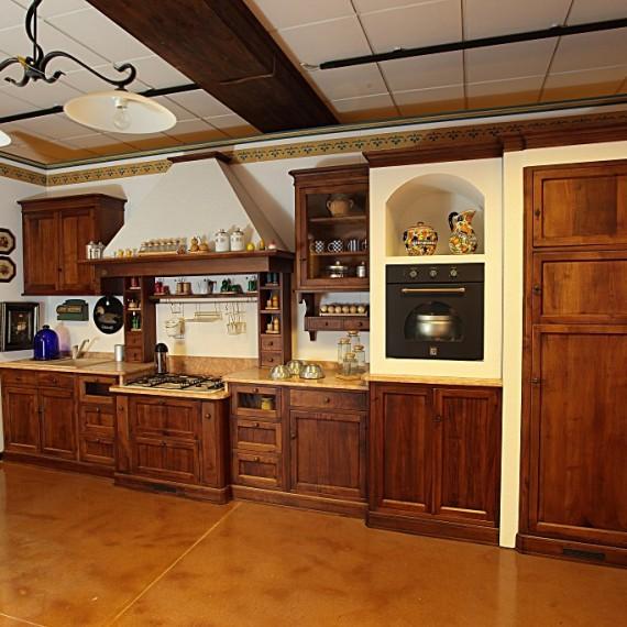 Cucina in noce classica, finitura semi muratura Arredamenti Bianco Savigliano
