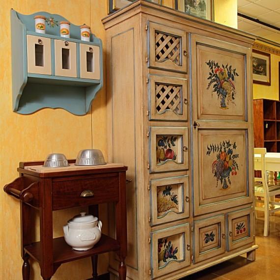 Dispensa per cucina in legno laccata e decorata a pennello.Arredamenti Bianco Savigliano