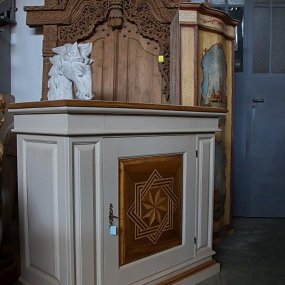 Credenza in legno patinata con intarsi