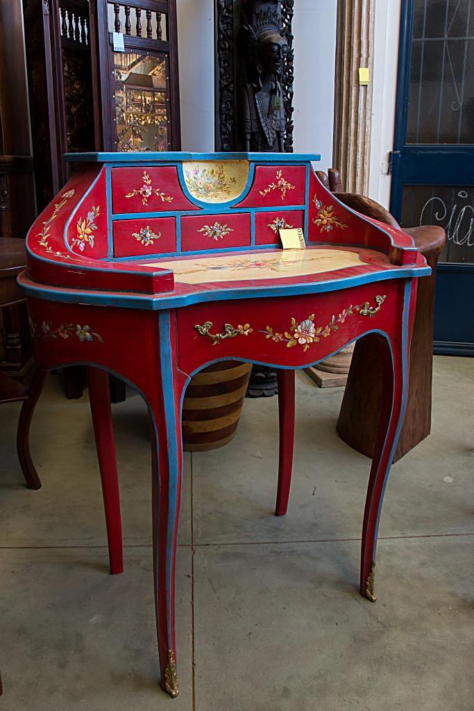 Scrittoio in legno ovale con cassetti sul rialzo, finitura rosso con fiori a pennello, Arredamenti Bianco Savigliano