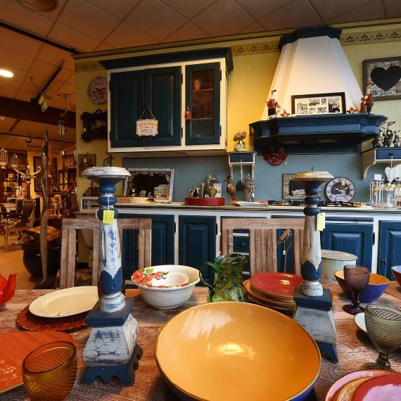 Cucina in legno laccata azzurro e rossa