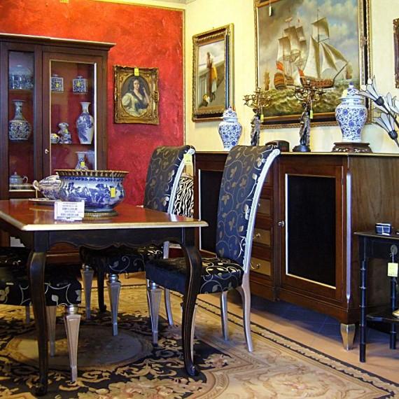 Credenza e cristalliera, tavolo e sedie. finitura a stoppino e nero a pennello.