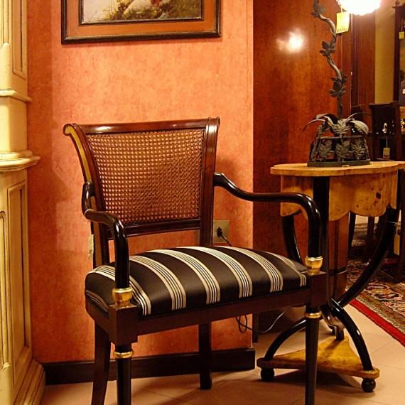 Sedia in legno. Abbinata a paglia di Vienna e tessuto rigato.