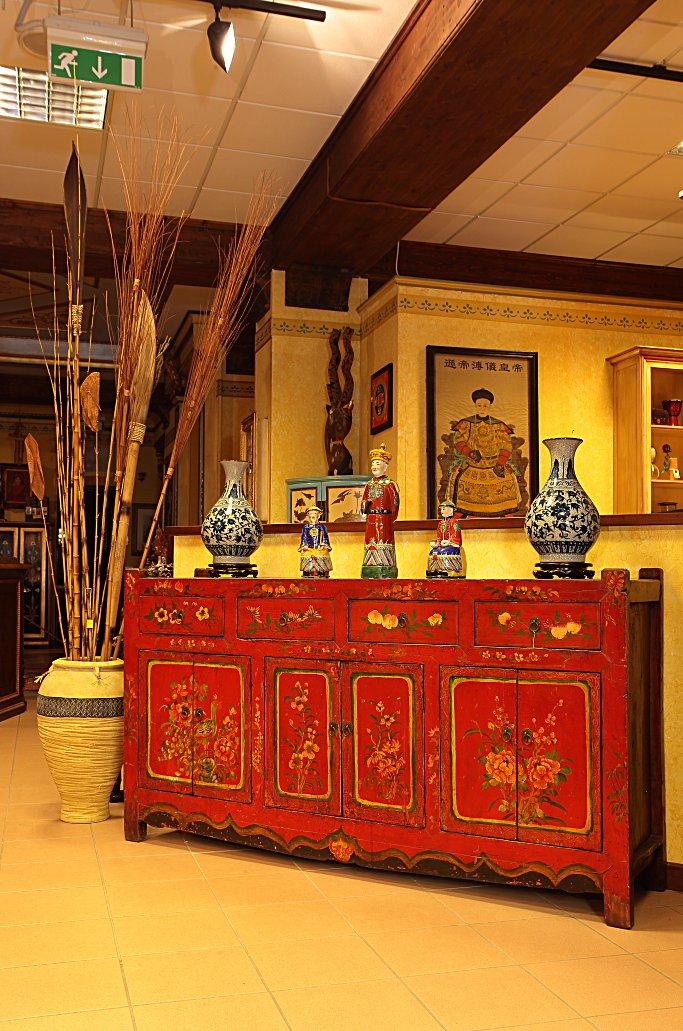Credenza Cina, sei porte e sei cassetti, laccata rossa con fiori.