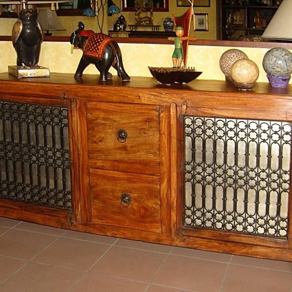 Credenza indiana con due porte con ferro battuto e due cassettoni, legno tek. arredamenti bianco Savigliano etnico