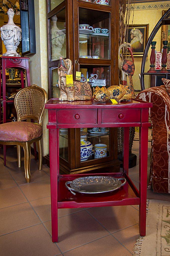 Tavolino quadrato con piano intermedio, laccato a pennello rosso ferrari.