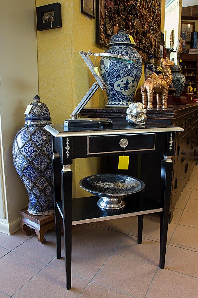 Tavolino rettangolare con piano intermedio, finitura laccato nero a pennello, particolari con foglia argento.