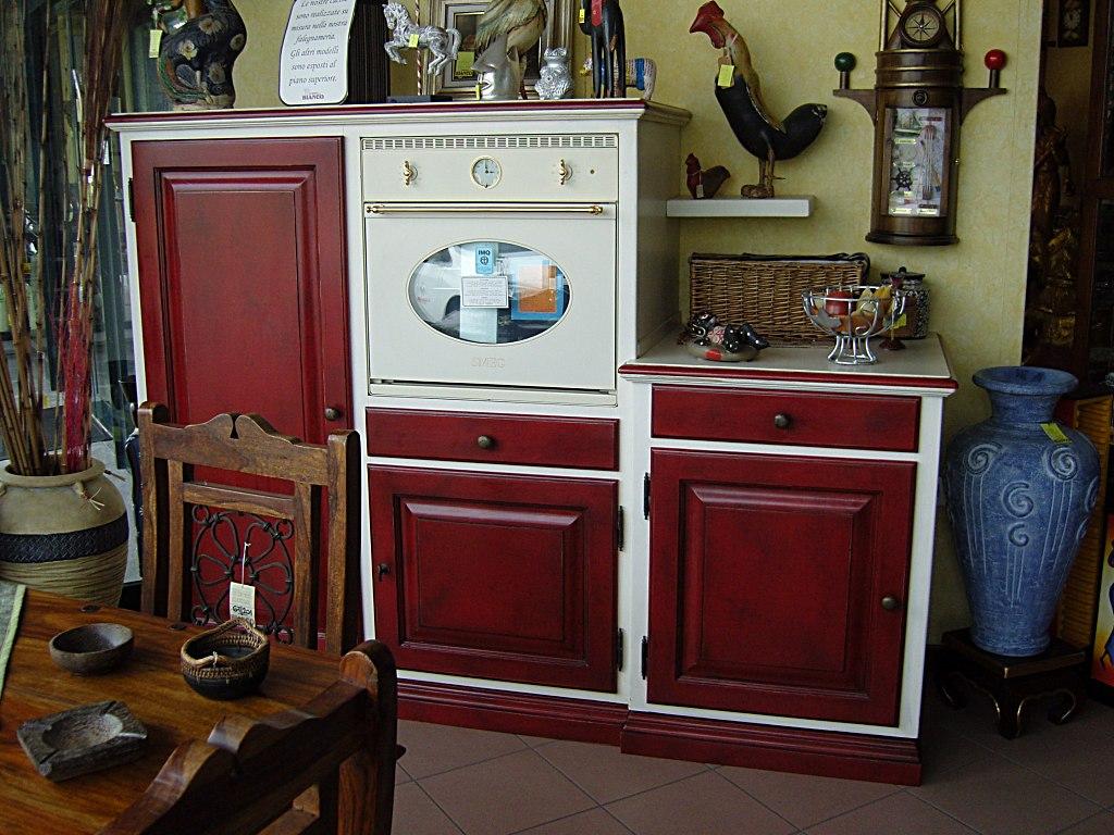 Dispensa per cucina in legno, laccato rosso.
