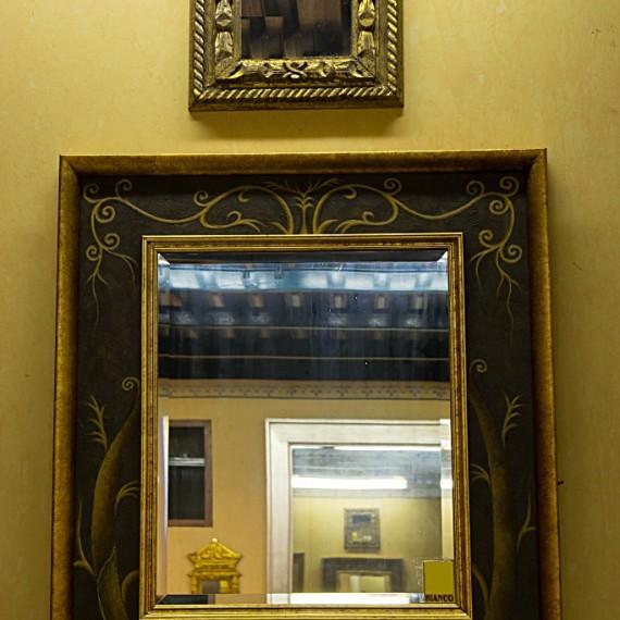 Specchio con cornice finitura a pennello nera e decori
