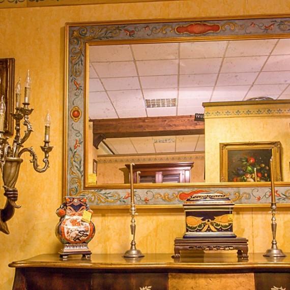 Specchio con cornice in legno decorata e foglia oro