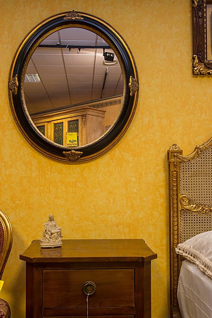Specchio con cornice in legno finitura foglia oro e nero