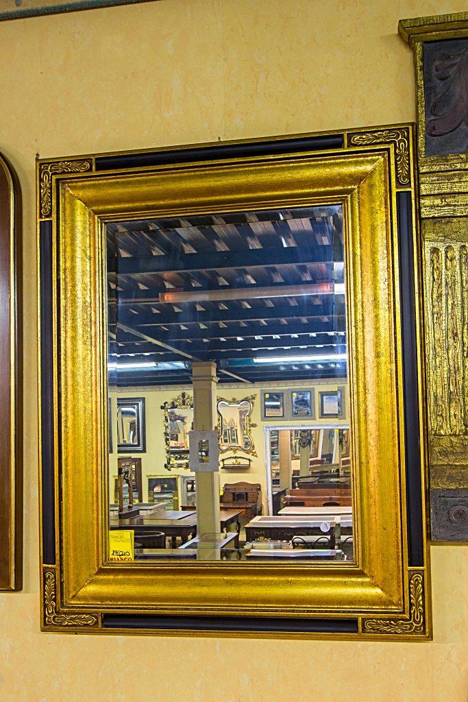 Specchio con cornice in legno, intagliato e decorato foglia ora.