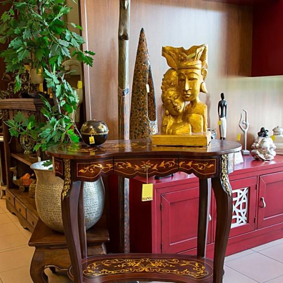 Tavolino a fagiolo, con intarsi e bronzi, finitura a stoppino.