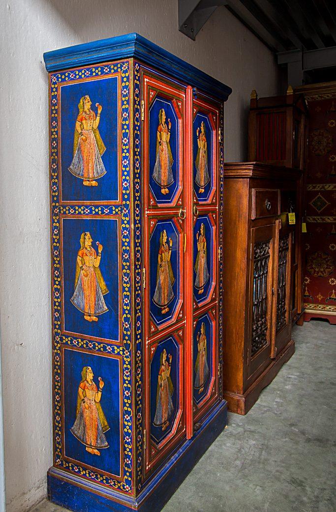 Armadio indiano laccato e decorato con sfondo blu.