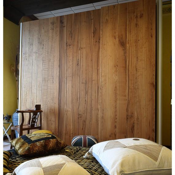 Armadio in legno olmo, tre porte scorrevoli, cassettiera interna. Arredamenti bianco Savigliano