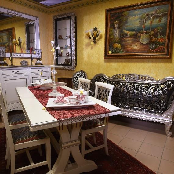 Credenza tavolo e sedie, divano intagliato a mano, laccate bianco con particolari foglia argento.Tessuti pregiati.