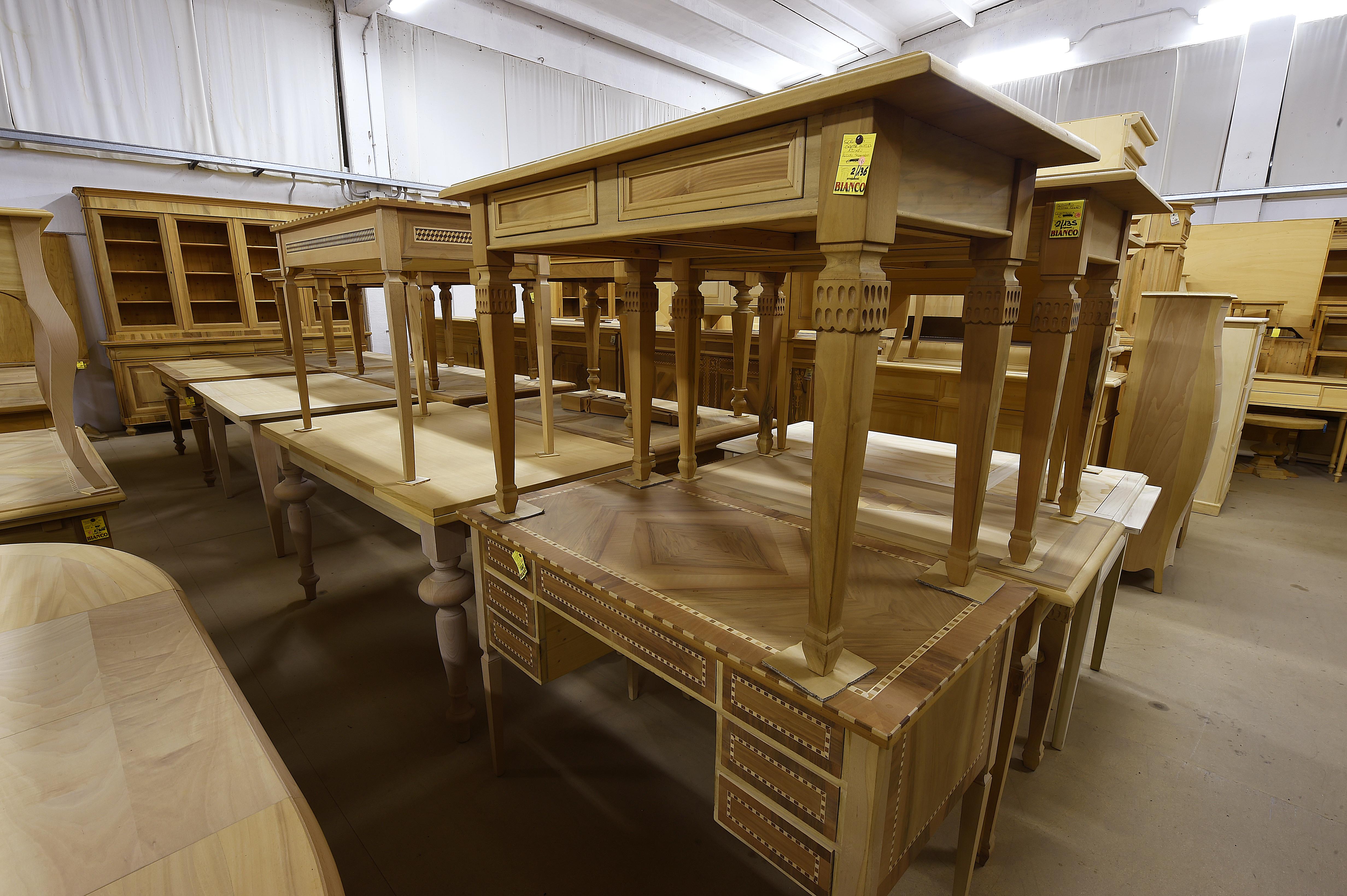 scrittoi grezzi di vari modelli e legni,