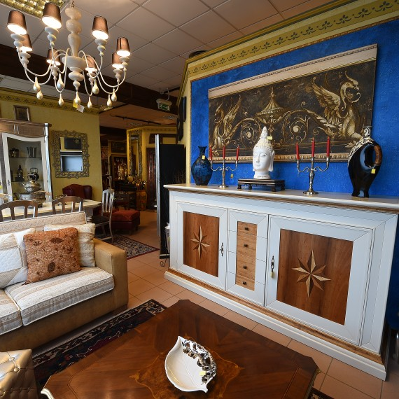 Credenza, cristalliera e divano, laccata bianca con intarsi e finitura foglia argento, divano in pelle e stoffa.