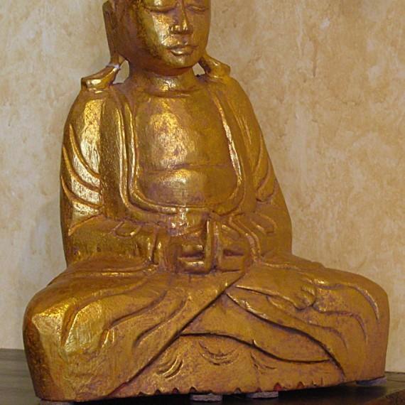 Buddha seduto, in legno finitura foglia oro, rappresenta Dhyana, entrambe le mani sono appoggiate sul grembo e i palmi sono rivolti verso l'alto, con la mano destra sopra la sinistra: simboleggia la meditazione.