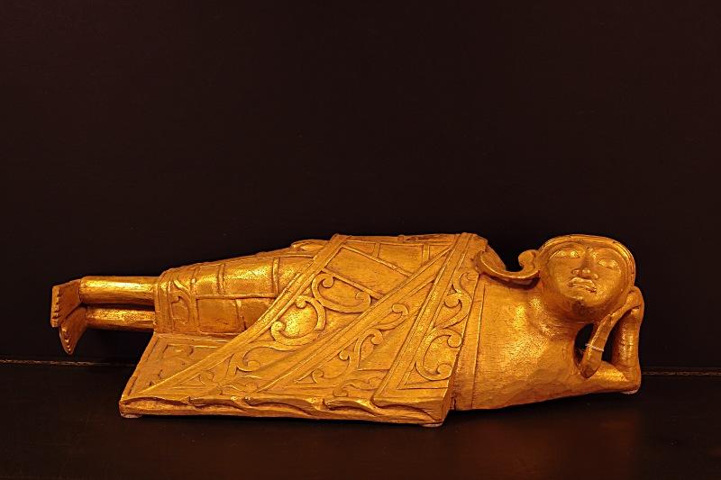 Buddha sdraiato, in legno finitura foglia oro. questa posizione rappresenta i momenti trascorsi sulla terra di Siddharta, quando raggiunse il nirvana.