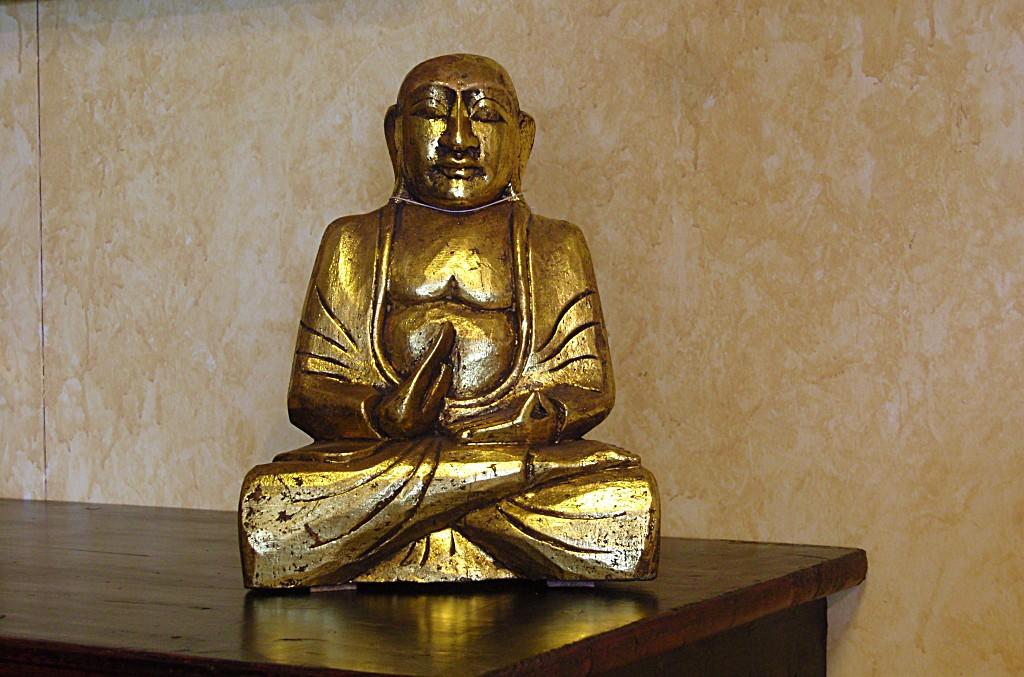 Buddha seduto, in legno finitura foglia oro, rappresenta Vitarka o dhammachakka, questo mudra rievoca il primo sermone del Buddha, con il pollice e l'indice di una mano (vitarka) o di entrambe le mani (dhammachakka) si uniscono a cerchio mentre le altre dita sono tese verso l'esterno.