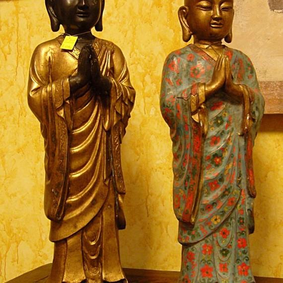 Buddha in ceramica , in piedi con mani giunte raffigura il gesto di adorazione e di saluto.