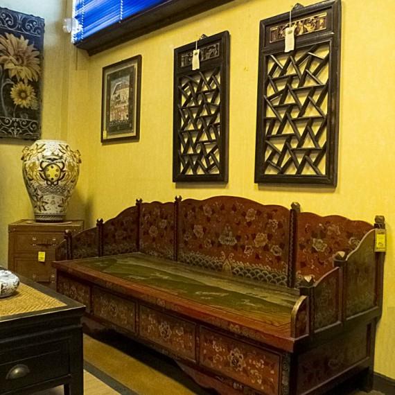 Divano Cinese, finemente decorato con cassetti.