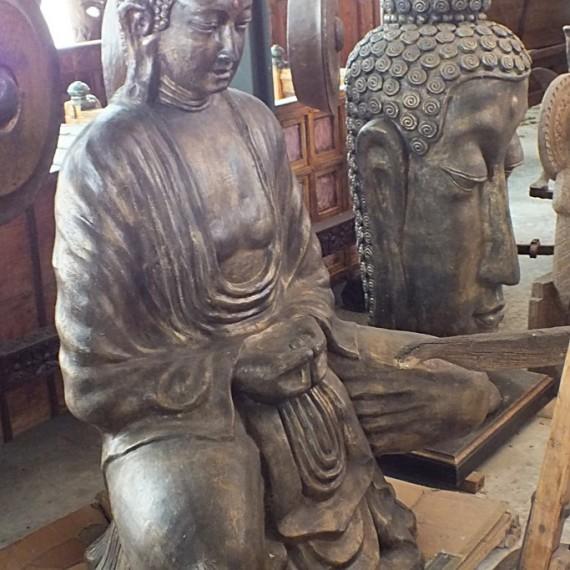 Statua Buddha seduto, in terracotta, rappresenta Dhyana, entrambe le mani sono appoggiate sul grembo e i palmi sono rivolti verso l'alto, con la mano destra sopra la sinistra: simboleggia la meditazione.