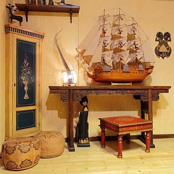 Consolle cinese in legno con particolari intagliati.