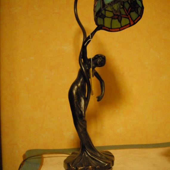 Lampada tiffany con cappello azzurro base con fusione raffigurante donna