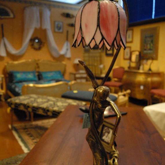 Lampada tiffany, piedistallo con fusione raffigurante donna e cappello a forma di fiore rosa.